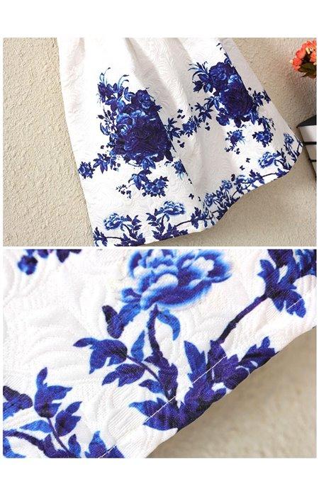Suknelė su mėlynomis gėlėmis