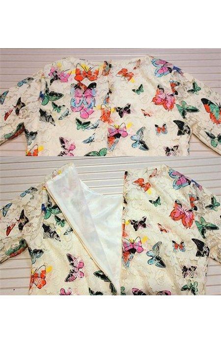 Suknelė puošta drugeliais ir dirželiu