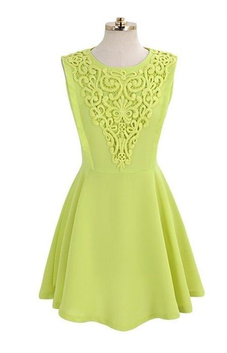 Suknelė puošta nėriniais