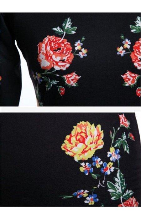 Seksuali juoda suknelė puošta gėlėmis