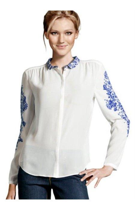 Dailūs marškiniai puošti melsvais ornamentais